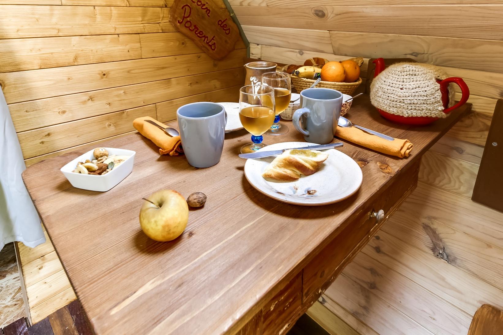 Le petit déjeuner apporté dans votre cabane